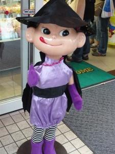 ハロウィンの衣装を着ています