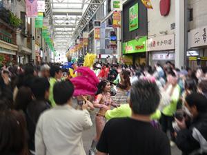 吉祥寺サンロードでリオのカーニバル…?