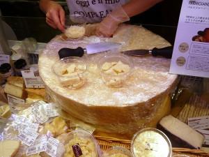 店頭でチーズを削るサービス