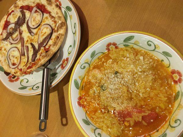 サイゼリヤでリゾットとピザ
